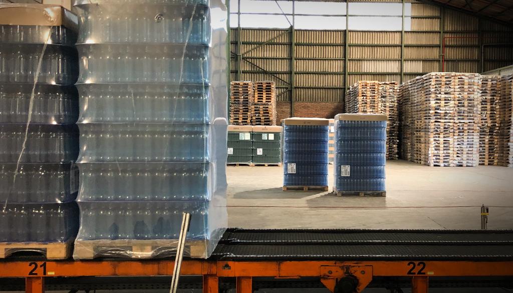 Verpackung_Flaschen-auf-Rollbahn