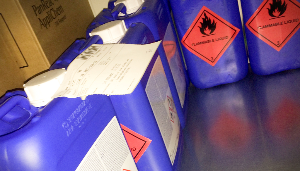 Industrie und Chemie_Kanister-flammable
