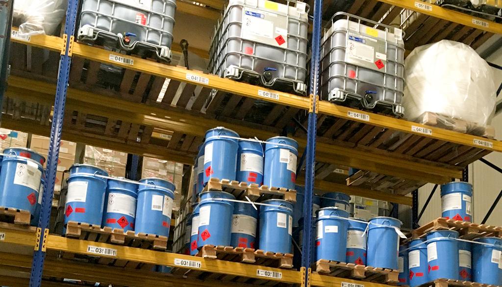 Industrie und Chemie_Regal-Gefahrstoffe